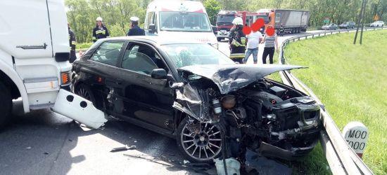 Zderzenie osobówki z samochodem ciężarowym (ZDJĘCIA)