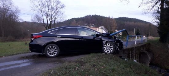 Hyundaiem wbił się w barierę mostową! Wyglądało to groźnie (FOTO)