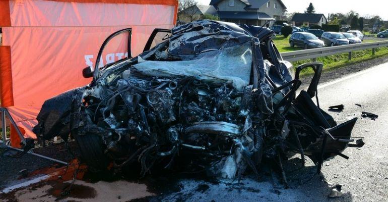 Samochód osobowy zmiażdżony przez Tira. Jedna osoba nie żyje (ZDJĘCIA)