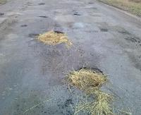 INTERWENCJA: Dziura na dziurze, a zamiast asfaltu słoma. Auta jadą slalomem (ZDJĘCIA)