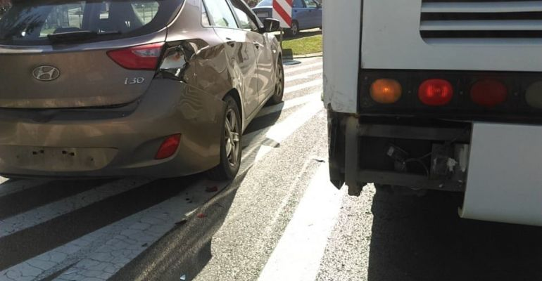 Kolizja na Dmowskiego. Osobówka uderzyła w autobus (FOTO)
