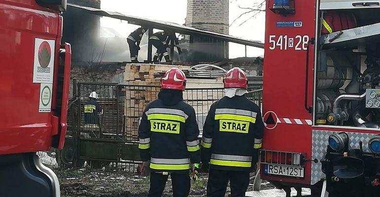 JUROWCE : Pożar budynku na terenie tartaku. Akcja strażaków (ZDJĘCIA)
