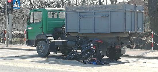 AKTUALIZACJA. Wypadek na Dąbrówce. Kierowca skutera nie żyje (ZDJĘCIA)