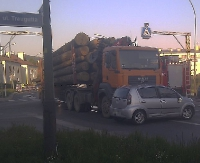 AKTUALIZACJA: Osobówka wjechała pod ciężarówkę z drewnem (ZDJĘCIA)