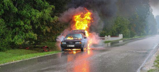 Opel wpadł do rzeki i stanął w płomieniach. Kierowca był pijany