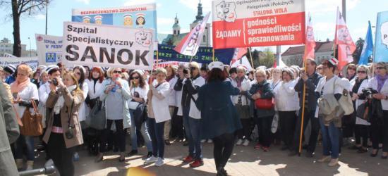 AKTUALIZACJA: 120 pielęgniarek z sanockiego szpitala pikietowało pod Urzędem Marszałkowskim w Rzeszowie (ZDJĘCIA)