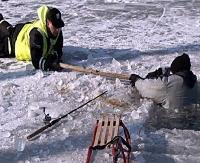 Ostrożnie na lodzie. Nartach i sankach