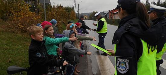 O obowiązku noszenia odblasków przypominała brzozowska policja (ZDJĘCIA)
