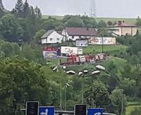Tir blokuje drogę na serpentynach w Zagórzu! Policja kieruje na objazdy, tworzą się korki