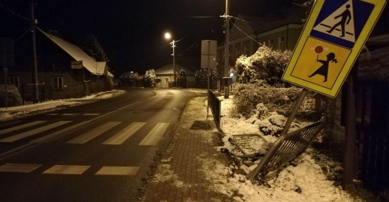 Zniszczone barierki i znak przy przejściu dla pieszych (ZDJĘCIA)