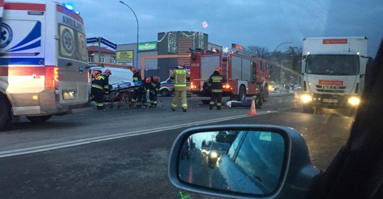AKTUALIZACJA: Zderzenie motocykla z dostawczakiem. Dwie osoby poszkodowane (FOTO)