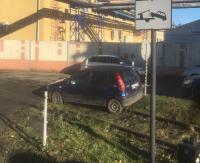 PARKOWANIE PO SANOCKU: Pod zakazem, a w dodatku na torach kolejowych (ZDJĘCIA)
