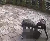 Brutalne pobicie młodego chłopaka zarejestrowane na kamerze monitoringu (VIDEO)