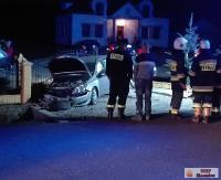 Pojazd wypadł z drogi i staranował ogrodzenie. Kobieta z podejrzeniem złamania kręgosłupa trafiła do szpitala (ZDJĘCIA)