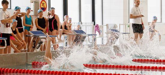 120 młodych pływaków na pierwszych zawodach Rekinów Sanok (FILM, ZDJĘCIA)