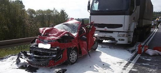 Wypadek dwóch tirów i osobówki. Konieczna pomoc LPR (ZDJĘCIA)