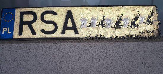 UWAGA! Znaleziono tablicę rejestracyjną. Zguba czeka na stacji paliw