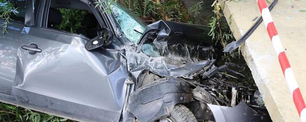 Hyundaiem wjechała do rowu i uderzyła w most. Kobieta trafiła do szpitala (ZDJĘCIA)