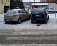 PARKOWANIE PO SANOCKU: Na pasach, w przejeździe i na chodniku mimo wolnego miejsca