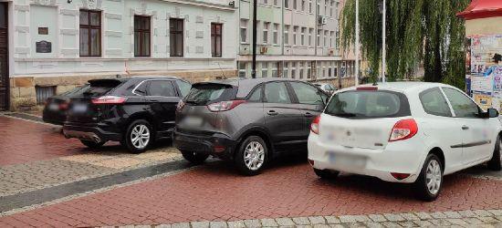 Tłoczno pod urzędem miasta. Komu wolno, a komu nie wolno tam parkować? (ZDJĘCIA, ANKIETA)
