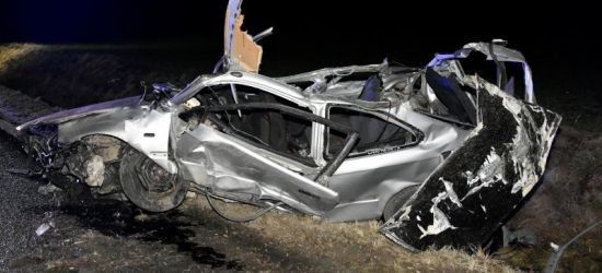 REGION: Samochód wzbił się w powietrze i uderzył w kilka drzew. 4 osoby w szpitalu (ZDJĘCIA)