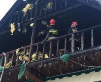 Pożar drewnianego budynku na terenie ośrodka wypoczynkowego w Tyrawie Solnej (ZDJĘCIA)