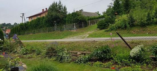 PORAŻ: Fiat z impetem wjechał w ogrodzenie. Co się wydarzyło na drodze? (FOTO)