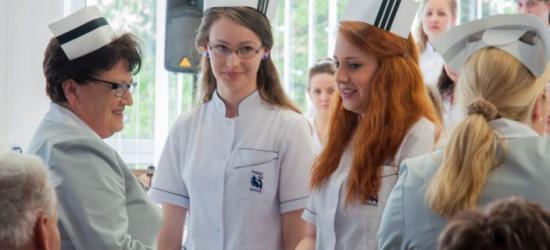 SANOK: Blisko 50 studentów odebrało czepek pielęgniarski (ZDJĘCIA)