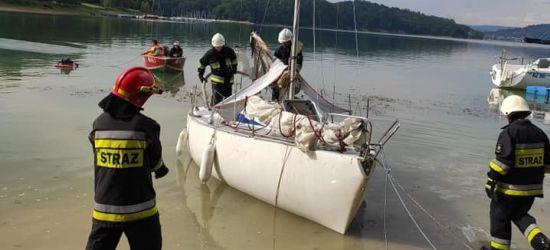BIESZCZADY: Płonąca żaglówka na Jeziorze Solińskim (FOTO)