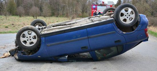 REGION: Dachowanie oplem. Kierowca śmigłowcem przetransportowany do szpitala (FOTO)