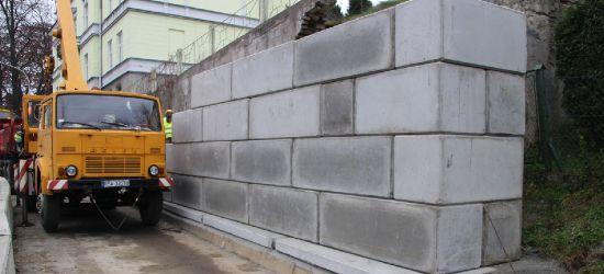 BRZOZÓW: Powstaje mur zabezpieczający osuwisko (VIDEO, ZDJĘCIA)