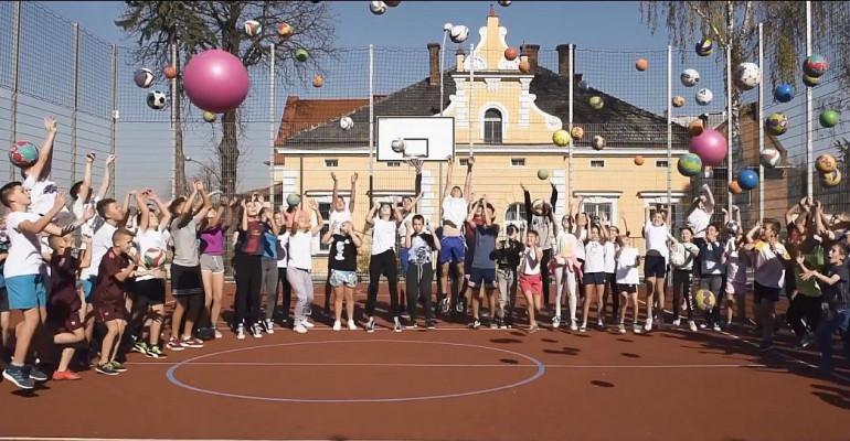 Dzieciaki do rakiet! Zagłosuj na sanocką podstawówkę! (VIDEO)