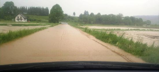 Zagrożone łowisko w Hłomczy. Mały potok zamienił się w rwącą rzekę (ZDJĘCIA)