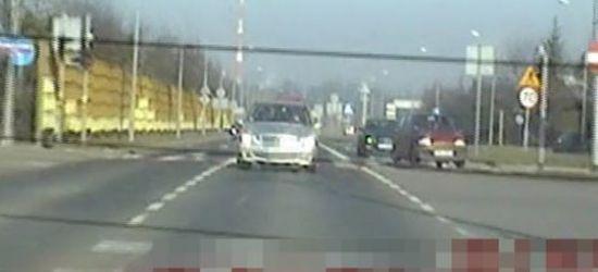 Wiózł rodzącą żonę. Policja eskortowała auto (VIDEO)