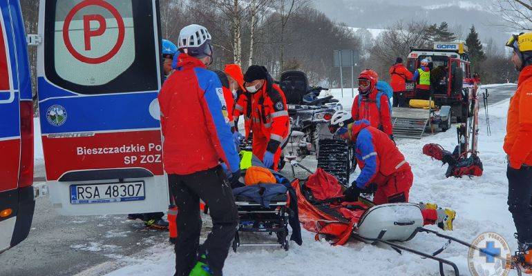 Zjeżdżał na nartach z Połoniny Caryńskiej. Złamał nogę (ZDJĘCIA)