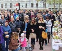 """BISKUP JAMROZEK: """"Święta Wielkanocne zapraszają do duchowego wzrostu"""". Śniadanie Wielkanocne na sanockim Rynku (FILM, ZDJĘCIA)"""