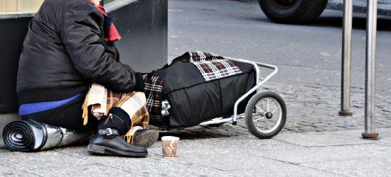 Mężczyzan spał na chodniku. Kobieta spadła z ławki