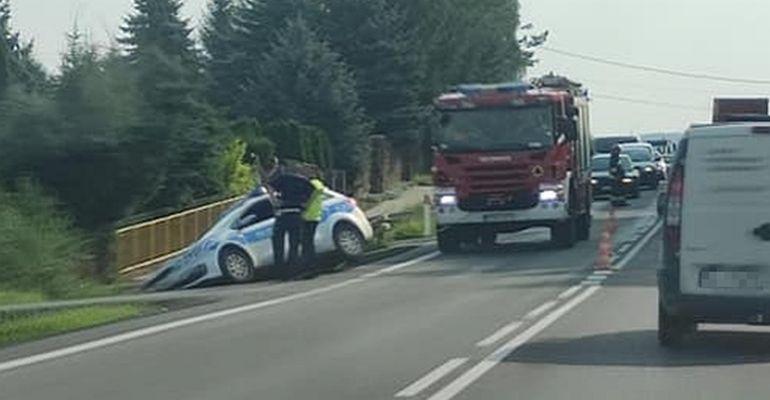 SANOK. Radiowóz zsunął się do rowu podczas interwencji. Policjant ukarany mandatem (ZDJĘCIA)