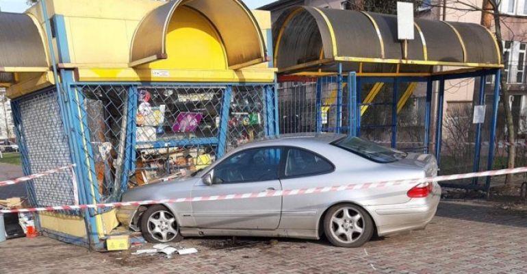 PODKARPACIE: Mercedesem uderzył w kiosk. Nie żyje mężczyzna (FOTO)