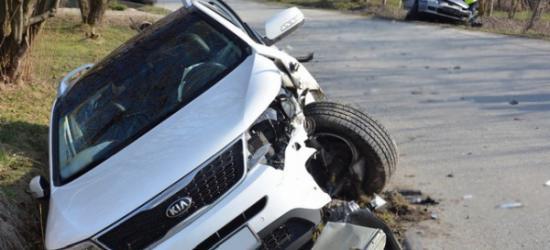 Ford dachował i wpadł do rowu. Śmigłowiec przyleciał po ranną (FILM)