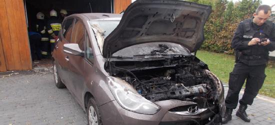 Pożar samochodu w Prusieku. Ogień zatrzymała brama garażowa (FOTO)
