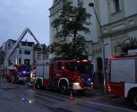 Straż pożarna pod sanocką Farą. Strumień gaśniczy skierowany na jedną z wież. Na szczęście to tylko ćwiczenia (ZDJĘCIA)