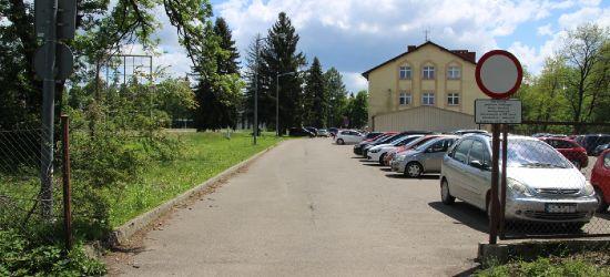 SANOK: Zamknięty przejazd przez teren komendy policji (ZDJĘCIA)