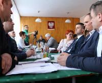 BUKOWSKO: O kłopotach Cosmosu Nowotaniec, niejasnych fakturach, chodnikach i problemach sołtysów podczas sesji gminnej (FILM, ZDJĘCIA)