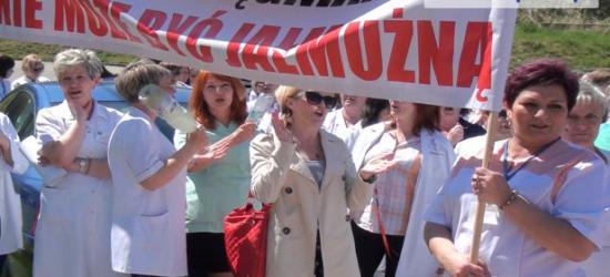 """STRAJK PIELĘGNIAREK: 230 pielęgniarek z sanockiego szpitala wzięło udział w strajku. """"Dom się pali, a właściciel jest na rybach"""" (FILM)"""