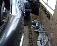 Podejrzana przyczepka i drzwi z tytoniową kontrabandą (ZDJĘCIA)