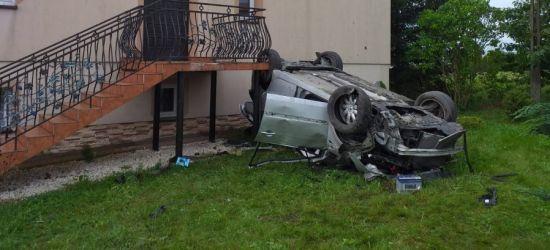 PODKARPACIE: Młoda kobieta wjechała w dom i dachowała (FOTO)