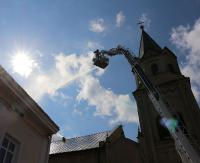 Akcja gaśnicza na zwyżce przy kościelnej wieży. Kolejna sanocka świątynia rozpoznana na wypadek pożaru (FILM, ZDJĘCIA)