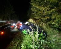 Straciła panowanie nad pojazdem i wjechała do przydrożnego rowu. 19-letnią pasażerkę przewieziono do szpitala (ZDJĘCIA)