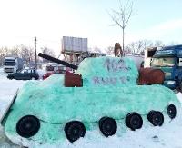 SANOK: Zamiast bałwana ulepili… czołg! Pozytywnie zakręceni sanoczanie korzystają z zimy! (ZDJĘCIA, FILM)